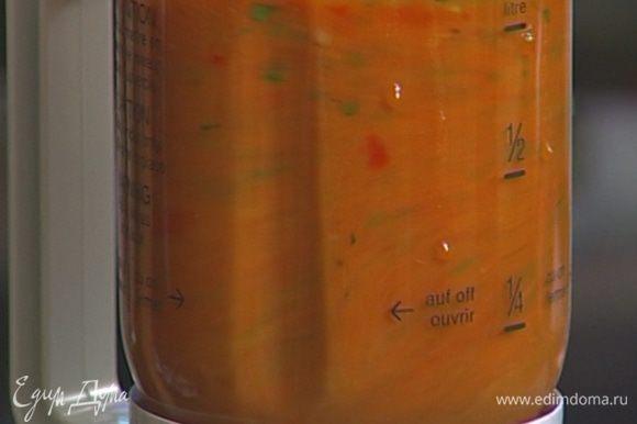 Остальные помидоры взбить в блендере и протереть через сито.