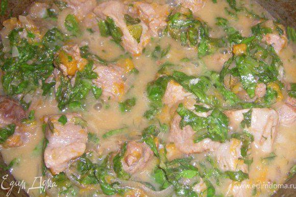 Кидаем в казан нарезанный шпинат и чеснок, солим и тушим еще 5- 7 минут, не больше.