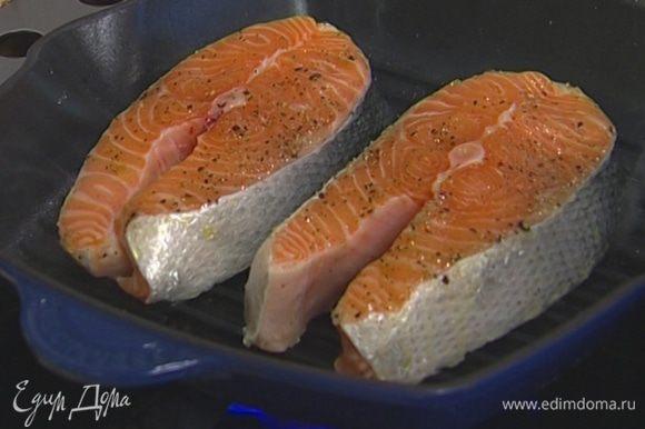Смазать получившейся смесью стейки семги и обжарить на сковороде-гриль.
