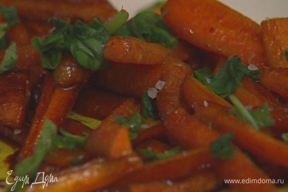 Готовую морковь поперчить, присыпать листьями базилика.