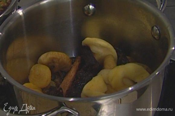 Поставить все на плиту и на медленном огне уварить до состояния густого соуса.