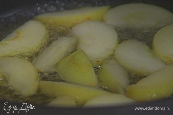 В сковороду влить 100 мл воды, добавить яблоки, 2 ст. ложки сахара, корицу и томить 5—10 минут на небольшом огне.