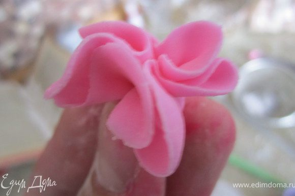 Взять один цветочек и собирать его. Обрезать немного кончик.