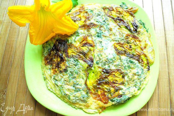 """Сверху аккуратно вылить яичную смесь с зеленью. Когда """"схватится"""" - перевернуть. Очень вкусно!"""