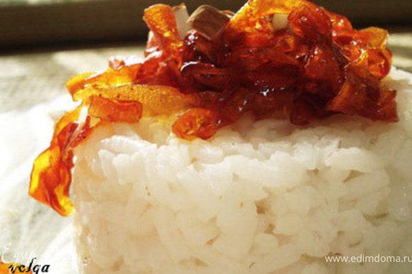 Сварить рис,добавить морковь и украсить рубленным миндалем. Все. Приятного аппетита.
