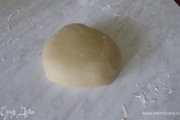 После вывалить тесто на стол, посыпанный мукой и хорошо его вымесить.