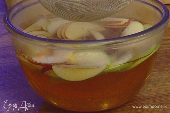Горячий сок процедить, добавить в него нарезанные яблоки и настаивать около часа.