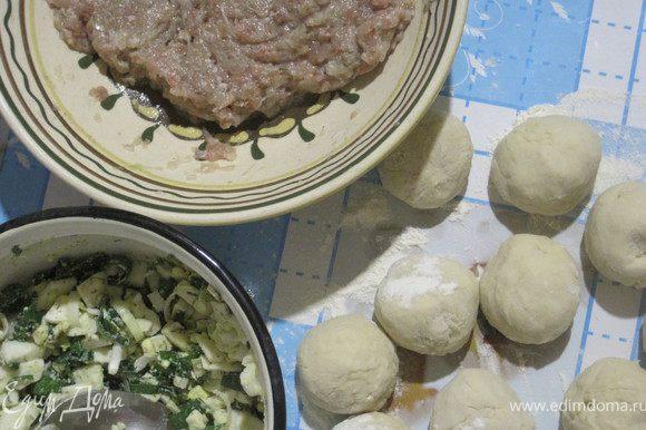 Замешиваем тесто и готовим начинку. Воду водку и масло ставим на огонь, добавляем соль. Закипит — всыпаем 1 ст. л. муки и хорошо размешиваем. Снимаем с огня и вбиваем яйцо. Остынет, подсыпаем 3 ст. л. муки и замешиваем тесто. Ставим на 1,5 часа в холод. Фарш солим, перчим и добавляем лук и бульон или воду (около 1 ст.л.).
