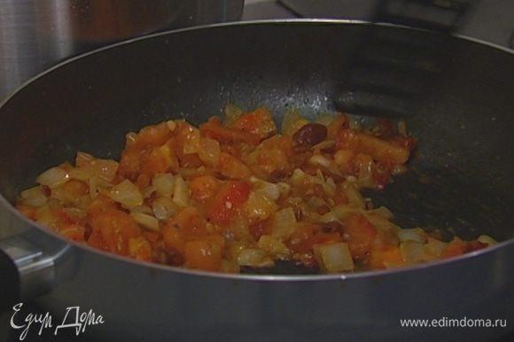 Добавить к луку и чесноку свежие и вяленые помидоры, щепотку соли и перца и продолжать прогревать на небольшом огне.