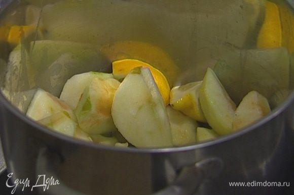 Яблоки почистить и, удалив сердцевину, нарезать дольками, лимон тоже порезать на дольки.