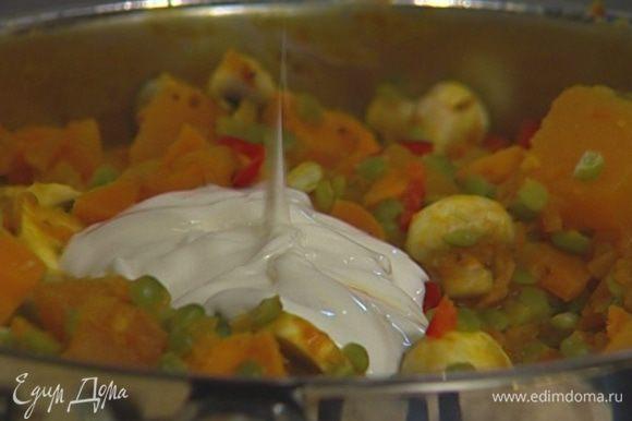 Отправить в сковороду грибы, отваренный горох, нарубленный свежий чили и йогурт, все перемешать, через минуту снять с огня и посыпать кинзой.