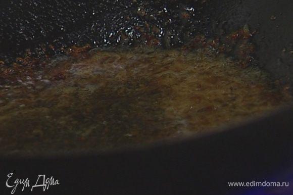 В вок добавить рыбный соус, сахар, сок лайма, все перемешать и снять с огня.