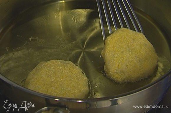 Разогреть в сковороде растительное масло, обвалять каждый пирожок в кукурузной муке и обжарить с обеих сторон до золотистого цвета.