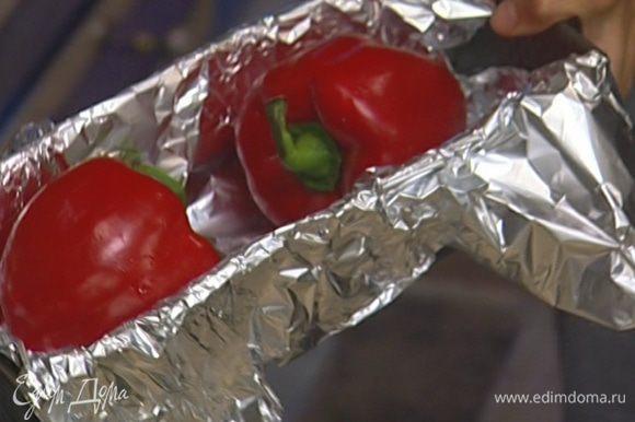 Сладкий перец положить в глубокий противень и запекать 30–40 минут.