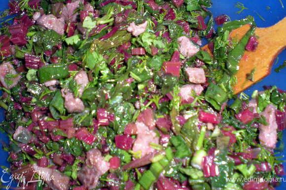 Зелень нарезать и перемешать с мясом и мелко нарезанной ботвой.Посолить,поперчить.