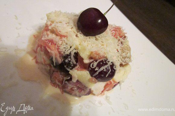 Добавить 2 столовые ложки майонеза, слегка перемешать. Салат готов! Выложить на середину тарелки с помощью кулинарного кольца. Сверху на салат потереть сыр и украсить ягодкой черешни. Приятного аппетита!