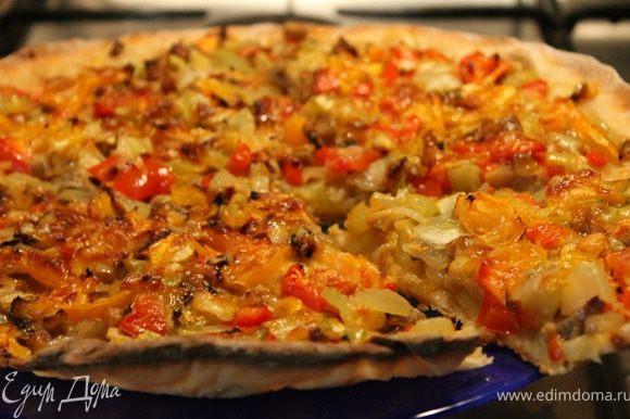 Ну и какая пицца без сыра! Сверху натрите ваш любимый сыр и запекайте эту красоту минут 30 в духовке, разогретой до 250 градусов. у меня чуть дольше получилось из-за особенностей духовки.
