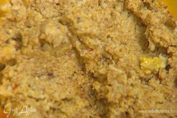 Всыпать в сыр растертые специи, влить пару ложек отвара фасоли и вымешать все до консистенции густой сметаны.