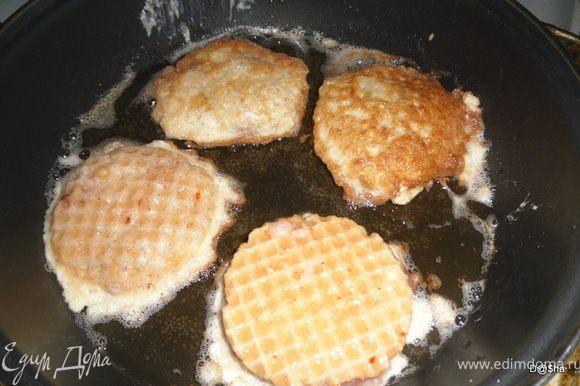 Обмакиваем в яичную смесь и обжариваем с двух сторон на сковороде.