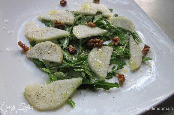 Орешки поломать на небольшие кусочки и раскидайте по тарелке. Полить салат соком лимона и сбрызнуть маслом. Такое примечание: все продукты должны быть охлажденными. Салат готовиться непосредственно перед подачей на стол. Очень важно, что бы груша ещё была прохладной. Выбирайте для салата крепкие и сочные сорта.