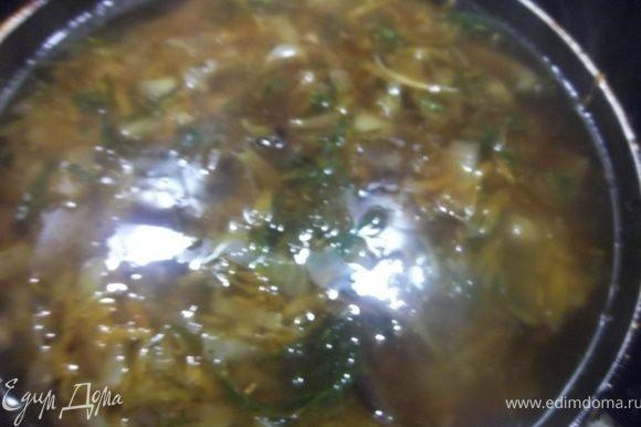 Влейте бульон и соевый соус.Доведите до кипения на сильном огне, убавьте огонь до слабого,и поварите 20минут.