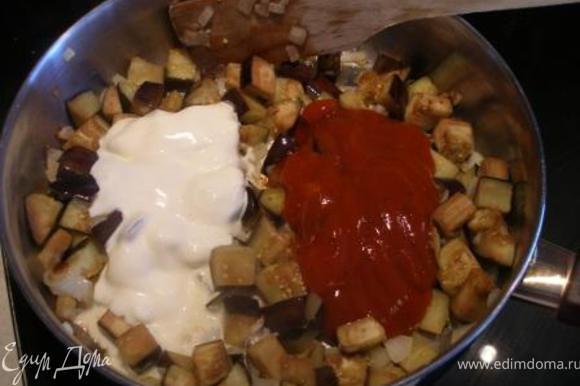Добавить сметану, томатную пасту и специи. Можно еще добавить зелень и кунжутные семена. Готовить еще несколько минут, - до готовности баклажан.
