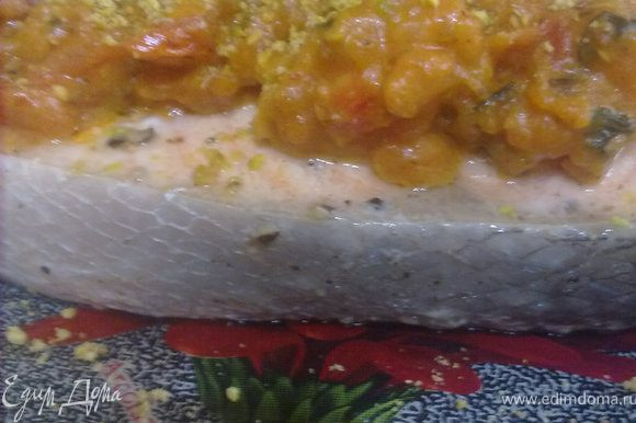 обжарить лук, затем добавить чеснок, креветки, пасту, бульон и сливки. накрыть крышкой и дать покипеть 2-3 мин. Добавить фисташки (оставить немного для украшения), помидоры и базилик, муку и приправить специями. томить 5 минут. подать с семгой, присыпав фисташками. Приятного аппетита!