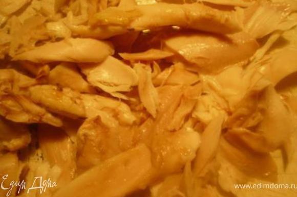 Извлечь курицу, удалить кожу, отделить мясо и разобрать его на волокна. Процедить бульон, удалить лук и морковь. Картофель порезать мелкими кубиками и вместе с мясом отправить в кастрюлю.