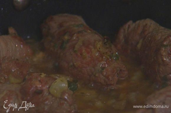 Влить в сковороду овощной бульон или воду и тушить на медленном огне 30 минут.