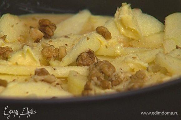 Присыпать яблоки грецкими орехами, оставшимися сахаром и корицей.