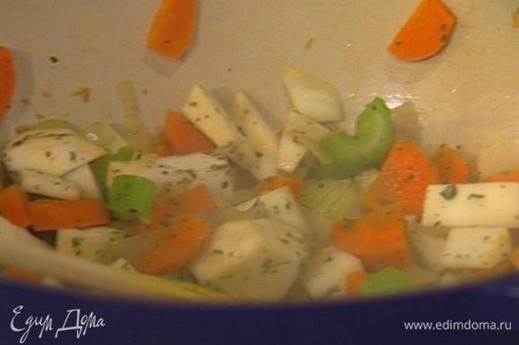 Добавить чили, нарезанный чеснок, семена фенхеля и помидоры, посолить, поперчить и готовить 15 минут.