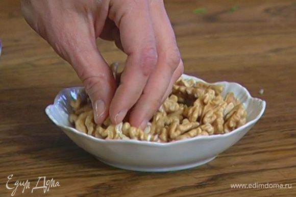 Грецкие орехи порубить ножом.