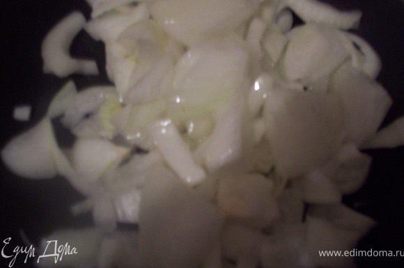 режем лук полукольцами и обжариваем до прозрачности на подсолнечном масле