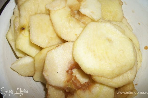 Яблоки почистить, нарезать на тонкие дольки и сбрызнуть лимонным соком.