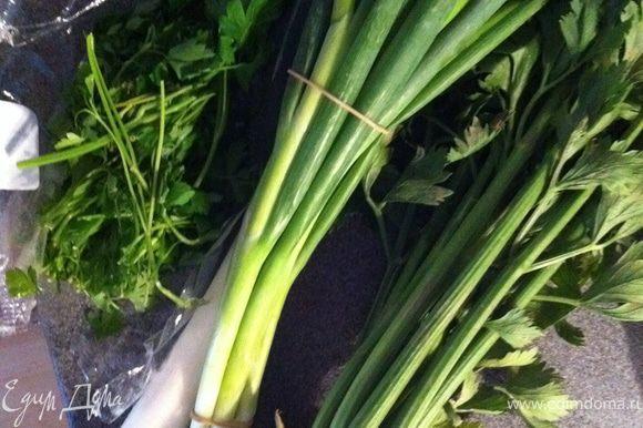 для варки бульона петрушку, порей, зеленый лук, сельдерей черешки обматываем ниткой.