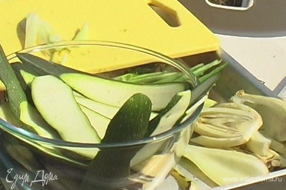 Все овощи кроме сладкого перца и зеленого лука нарезать пластинами толщиной 5–7 мм и обжарить с обеих сторон на гриле.