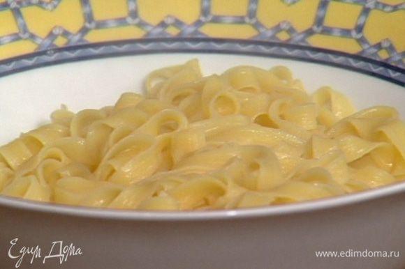 Макароны отварить в подсоленной воде, добавив 1 ст. ложку оливкового масла.