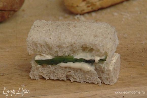 Огуречный сэндвич: огурец тонко нарезать; добавить в сметанную заправку красный молотый перец, смазать хлеб, сверху положить ломтики огурца, еще слой заправки, накрыть вторым куском хлеба.