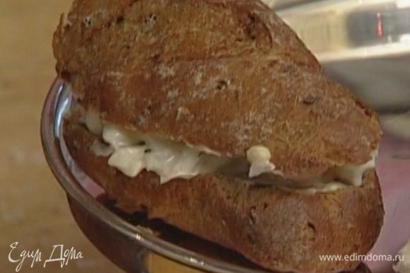 Сэндвич с креветками: отварить креветки, мелко нарезать, перемешать со сметаной, добавить щепотку черного перца, немного измельченного укропа. Кусок хлеба смазать сливочным маслом, уложить начинку, накрыть вторым куском хлеба.