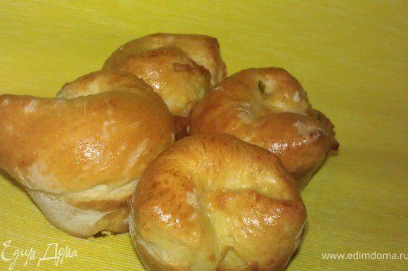 P.S. Эти булочки получились из обрезков с краеврулета, т.к. его пришлось подгонять по размеру формы :)