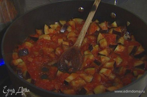 Баклажаны промыть, просушить бумажным полотенцем и отправить в сковороду. Прогревать, помешивая, 3–5 минут, затем добавить томаты из банки и сахар, убавить огонь и тушить на медленном огне еще несколько минут до готовности баклажанов.