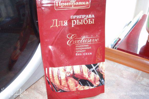 Посолить добавить специи подходящие к рыбе ( орегано, базилик, кинзу). Я использую вот такую готовую приправу и свежий базилик (если сезон).