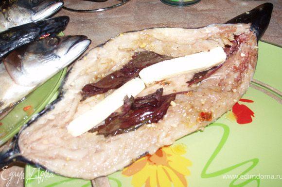 Внутрь рыбы вложить нарезанный брусочками сыр.