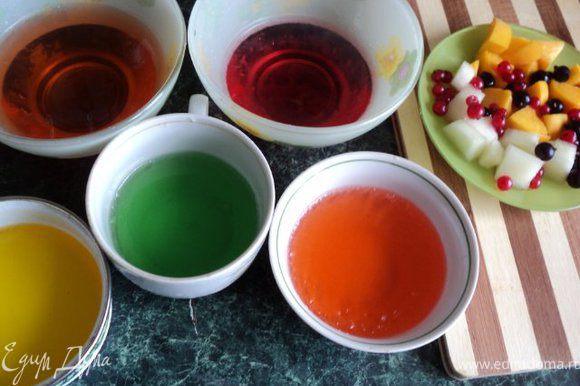Растворить в разных емкостях по ½ пачки желе разного цвета в 150гр. горячей воды, остудить и поставить в морозилку на несколько минут, чтобы застыло. Фрукты и дыню порезать кубиками 15х15мм. После застывания желе порезать кубиками.