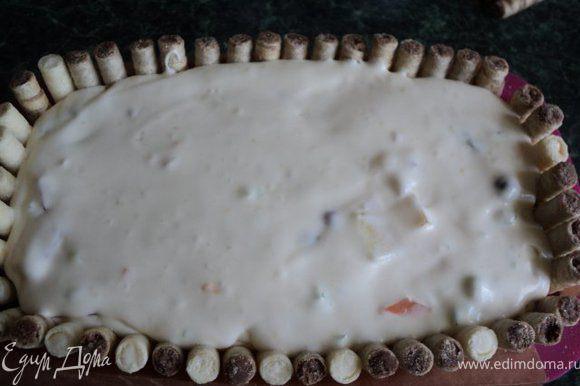 Половину кубиков желе, порезанные на кусочки персики, дыню, горсть смородины ( часть фруктов оставить для украшения ) добавить в сливочный крем, перемешать и осторожно выложить на основу. Поставить в холодильник на 3 часа застывать.
