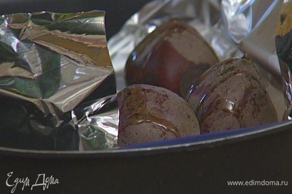 Полить свеклу 1–2 ст. ложками оливкового масла, края фольги завернуть и запекать в разогретой духовке 30–40 минут.