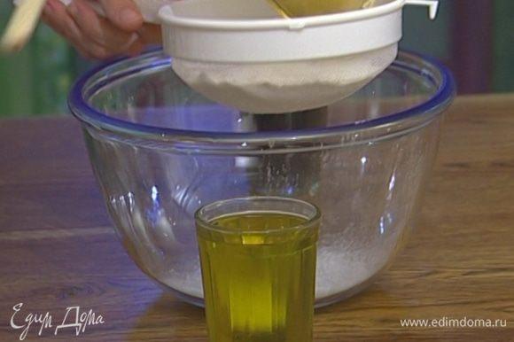 Растительное масло соединить с сахарной пудрой и солью, влить вино, все перемешать.