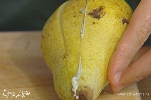 Грушу разрезать пополам, освободить от сердцевины, разрезать на дольки и сбрызнуть соком лимона.
