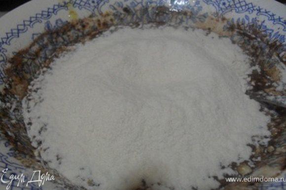 После добавить муку и соду замесить тесто.