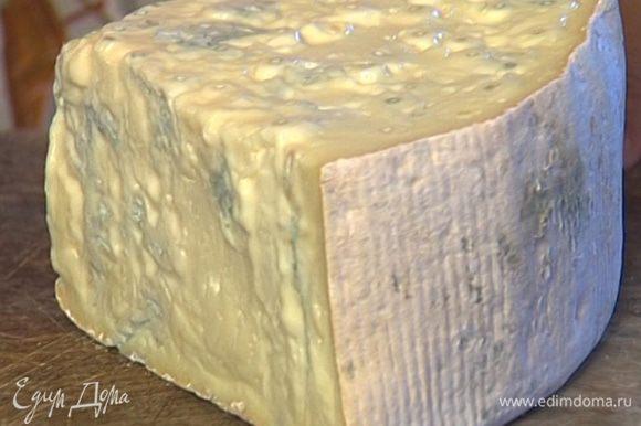 Горгонзолу порезать на маленькие кусочки, ввести в ризотто (несколько кусочков сыра оставить) и присыпать натертым пармезаном.